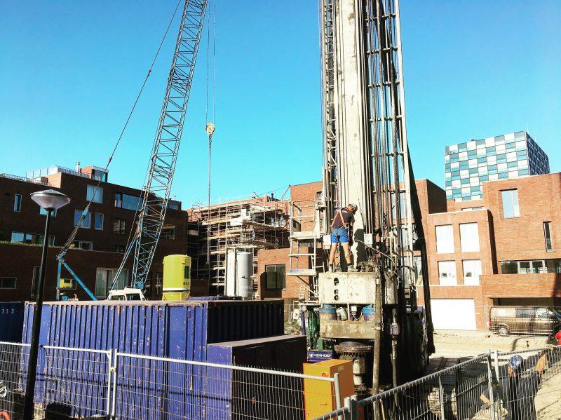 Eerste paal voor nieuwbouwwoning op de Müllerpier in Rotterdam